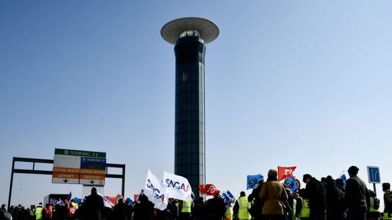 Los empleados de Air France en huelga caminan con banderas sindicales frente al aeropuerto Charles de Gaulle en Roissy. La mitad de vuelos de largo recorrido de Air France que salían de París fueron cancelados debido a una huelga de pilotos, tripulantes de cabina y personal de tierra. FOTOGRAFÍA AFP / Philippe LOPEZ. (El crédito de la foto debe leer PHILIPPE LOPEZ/AFP/Getty Images)