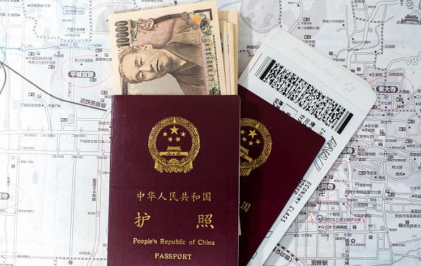 Pasaporte chino, yenes japoneses y pasajes de avión. (Zhang Peng/LightRocket vía Getty Images)