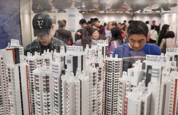 Candidatos observan modelos de vivienda en el centro de aplicaciones de Kof Fu, Kowloon, Hong Kong el 11 de abril de 2018. (Miguel Candela/SOPA Images/LightRocket via Getty Images)