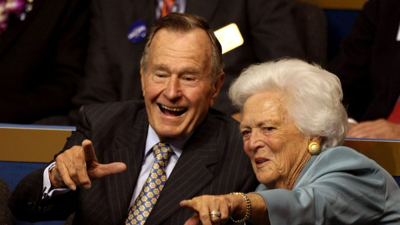 El ex presidente George H.W. Bush (izq.) y la ex primera dama Barbara Bush (der.) (Foto de Justin Sullivan/Getty Images)