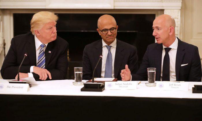 El Presidente Donald Trump, junto al Director de Microsoft, Satya Nadella; el Director de Amazon, Jeff Bezos; asisten a una reunión del Consejo de Tecnología de Estados Unidos en el Comedor de la Casa Blanca en Washington DC. el 19 de junio de 2017. (Chip Somodevilla / Getty Images)