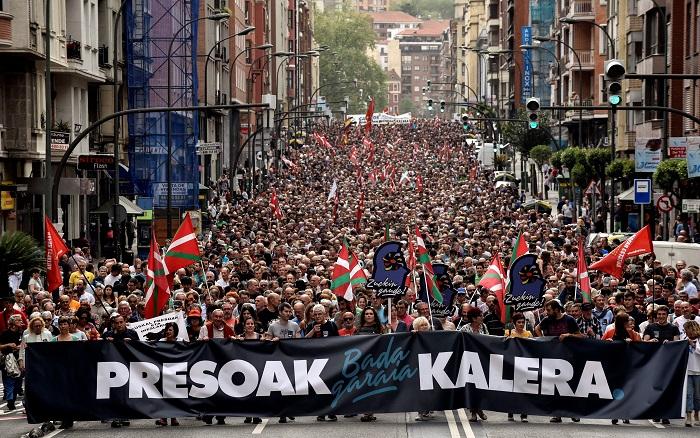 """Miles de personas han secundado hoy la manifestación por los derechos de los presos de ETA celebrada en Bilbao (Vizcaya) bajo el lema """"Bada garaia! Presoak kalera. Konponbidea, bakea, askatasuna"""", organizada por la iniciativa """"Kalera, kalera"""". EFE/MIGUEL TOÑA"""