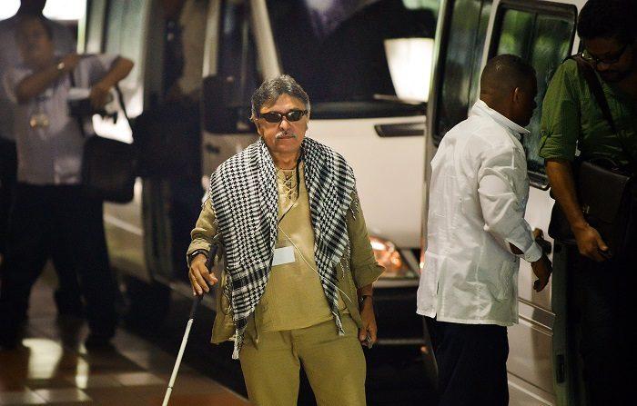 """El comandante de las FARC-EP, Jesús Santrich, llega al Palacio de Convenciones de La Habana, el 5 de septiembre de 2014, para conversar con la delegación del gobierno colombiano. Guerrilleros izquierdistas de las FARC en conversaciones de paz para poner fin a un conflicto de cinco décadas rechazaron el 1 de septiembre de 2014 un plan colombiano para poner a los militares a cargo del desarme de los rebeldes. No hay manera de que las Fuerzas Armadas Revolucionarias de Colombia acepten un papel militar para resolver asuntos de naturaleza política por definición"""", dijo a la prensa el principal negociador de los rebeldes, Iván Márquez. AFP PHOTO/ADALBERTO ROQUE (El crédito de la foto debe leer ADALBERTO ROQUE/AFP/Getty Images)  Traducción realizada con el traductor www.DeepL.com/Translator"""