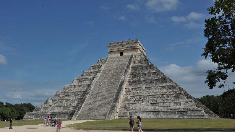 Kukulcán, también conocido como El Castillo, una pirámide escalonada que domina el sitio arqueológico de Chichén Itzá, un complejo construido por la civilización maya en la Península de Yucatán, en el estado mexicano de Yucatán, en el cercano balneario de Cancún. FOTO AFP / CRIS BOURONCLE --- MÁS FOTOS EN EL FORO DE IMAGEN (El crédito de la foto debe leer CRIS BOURONCLE/AFP/Getty Images)