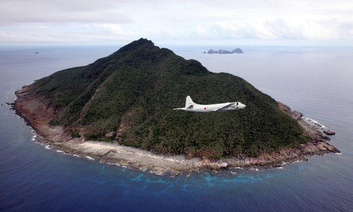 Una aeronave de patrulla marítima P-3C de la Fuerza de Autodefensa Marítima Japonesa sobrevuela las disputadas Islas Senkaku en el Mar de China Oriental, el 13 de octubre de 2011. (Japan Pool/AFP/Getty Images)