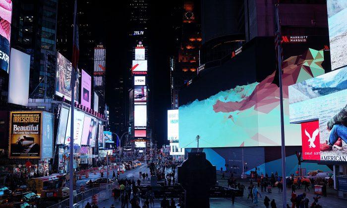 Vista de los anuncios en Times Square en una foto de archivo. Diversos grupos, entre ellos empresas y gobiernos compiten por influir en la percepción y la psicología. (Spencer Platt/Getty Images)