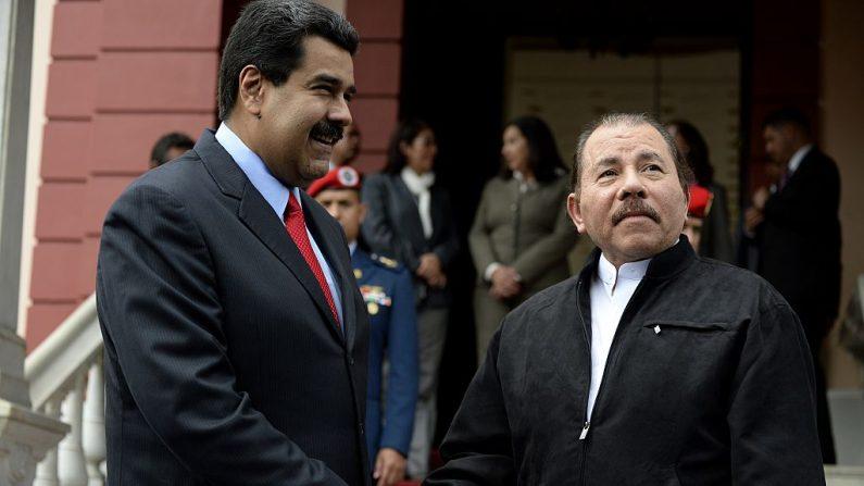 El líder socialista Nicolás Maduro (izq.) saluda líder nicaragüense Daniel Ortega.(FEDERICO PARRA/AFP/Getty Images)