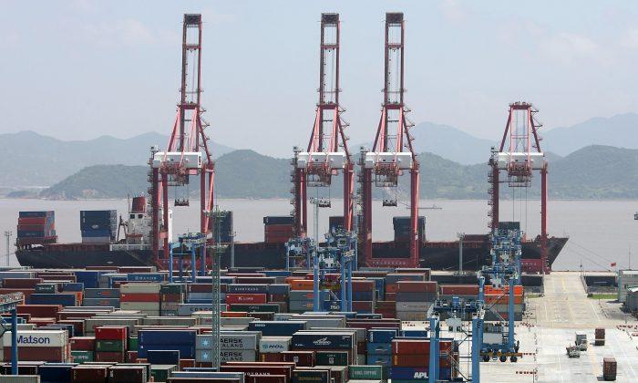El puerto de Ningbo, una importante base de almacenamiento y transbordo de petróleo crudo, mineral de hierro, contenedores y productos químicos líquidos, en la ciudad de Ningbo, provincia de Zhejiang, China, el 9 de junio de 2005. (Guang Niu/Getty Images)