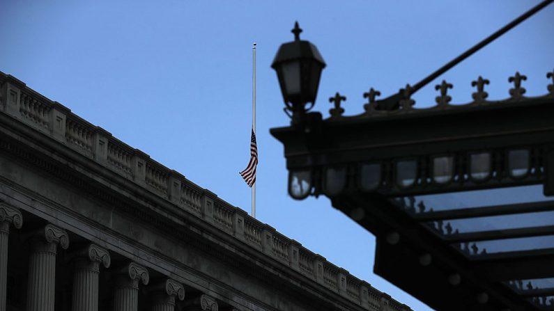 WASHINGTON, DC - JULIO 08: Una bandera de Estados Unidos ondea a media asta sobre el Departamento del Tesoro el 8 de julio de 2016 en Washington, DC.  (Foto de Alex Wong/Getty Images)
