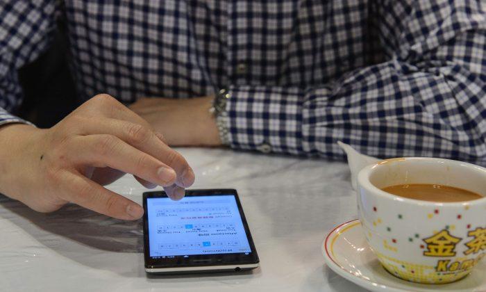 Régimen chino obliga a residentes de Xinjiang a descargar aplicación espía, que rastrea y censura a usuarios
