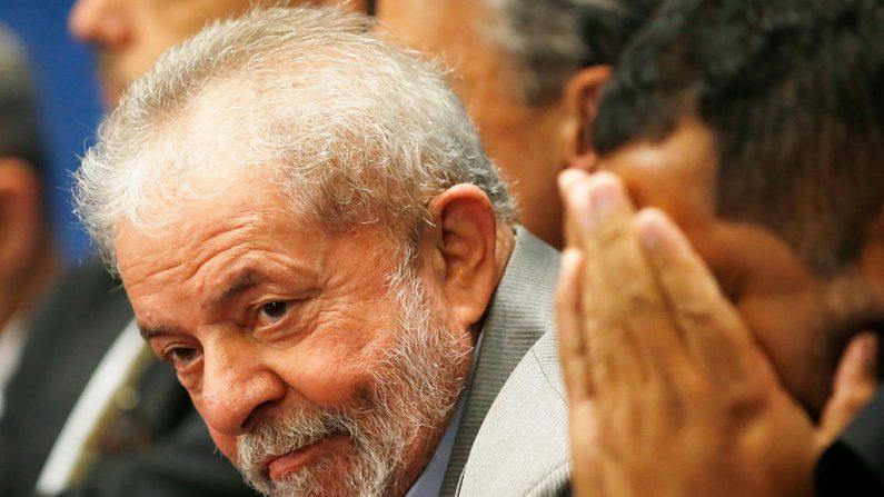 El ex presidente brasileño Luiz Inácio Lula da Silva asiste al juicio de destitución de la presidenta suspendida de Brasil, Dilma Rousseff, en el Senado el 29 de agosto de 2016 en Brasilia, Brasil. ordena el ingreso inmediato en prisión de Lula. (Igo Estrela/Getty Images)