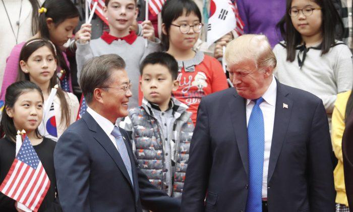 El presidente Trump (Der.) y el presidente  surcoreano Moon Jae-In en la Casa Azul presidencial en Seúl, 7 de Noviembre de 2017. (Kim Hong-Ji/AFP/Getty Images)