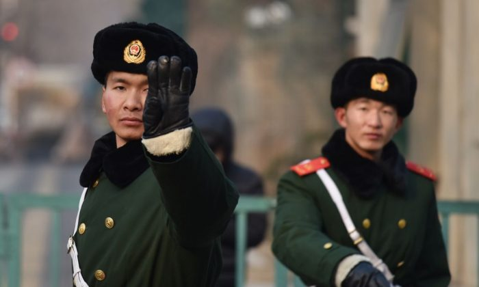 Policías paramilitares chinos vigilan frente a una embajada extranjera en Beijing el 28 de diciembre de 2017. (El crédito de la foto debe leer GREG BAKER/AFP/Getty Images)