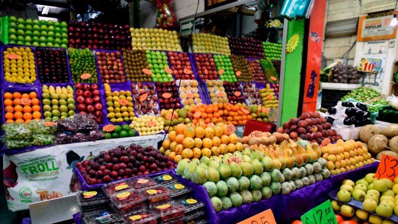 Las frutas se exhiben en el mercado mayorista 'Central de Abasto' de una ciudad. FOTOGRAFÍA DE AFP / ALFREDO ESTRELLA / PARA IR CON LA HISTORIA DE AFP por Yussel GONZALEZ (El crédito de la foto debe leer ALFREDO ESTRELLA/AFP/Getty Images)