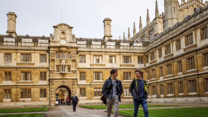 Los estudiantes caminan por la Universidad de Cambridge en Cambridge, al este de Inglaterra. FOTOGRAFÍA AFP / Tolga Akmen. (El crédito de la foto debe leer TOLGA AKMEN/AFP/Getty Images)