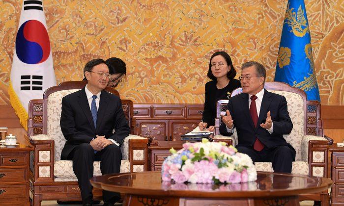 El presidente de Corea del Sur, Moon Jae-In (Der.), conversa con el diplomático chino Yang Jiechi en la Casa Azul presidencial en Seúl-Corea del Sur, el 30 de marzo de 2018. (Kim Min-Hee-Pool/Getty Images)