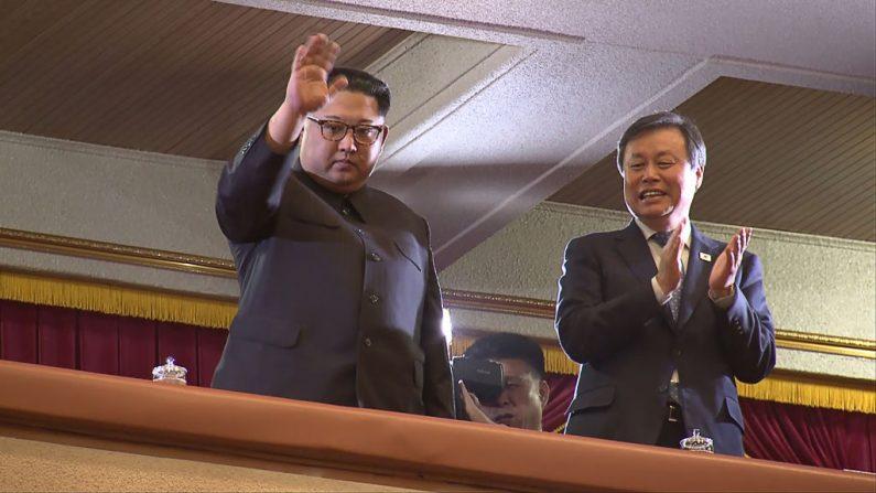TOPSHOT - Esta foto tomada de un video por reporteros del Korea Pool muestra al líder de Corea del Norte Kim Jong Un (izq.) y al Ministro de Cultura, Deportes y Turismo de Corea del Sur Do Jong-whan (der.) durante un concierto de músicos surcoreanos en el Gran Teatro East Pyongyang de Pyongyang, con 1.500 asientos, el 1 de abril de 2018. (Foto: AFP/Getty Images)