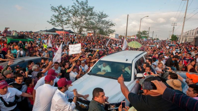 Los partidarios del candidato presidencial mexicano, rodean su vehículo cuando llega a un mitin de campaña en Reynosa, Tamaulipas, México, el 15 de abril de 2018. FOTOGRAFÍA AFP / Julio César AGUILAR (Las fotos deben leer JULIO CESAR AGUILAR/AFP/Getty Images)