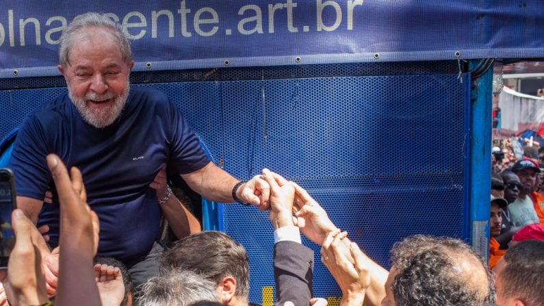SAO BERNARDO DO CAMPO, BRASIL - ABRIL 07: Luiz Inácio Lula da Silva hace un gesto a los simpatizantes en la sede del Sindicato de Trabajadores Metalúrgicos donde se celebró una misa católica en memoria de su difunta esposa Marisa Leticia el 7 de abril de 2018 en la sección de Sao Bernardo do Campo de Sao Paulo, Brasil. Una orden de arresto fue emitida el jueves para que da Silva cumpla una condena de 12 años de cárcel por corrupción. El expresidente de 72 años le dijo a la multitud:'Cumpliré con su orden'. (Foto de Victor Moriyama/Getty Images)  Traducción realizada con el traductor www.DeepL.com/Translator