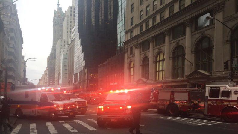 Los camiones de bomberos llegan a las afueras de Trump Tower en la 5ta Avenida en Nueva York, el 7 de abril de 2018 durante un incendio en el piso 50 del edificio propiedad del presidente estadounidense Donald Trump.  FOTOGRAFÍA AFP / Laura BONILLA CAL (El crédito de la foto debe leer LAURA BONILLA CAL/AFP/Getty Images)