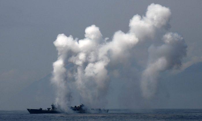 Una fragata lanza señuelos y bengalas durante un simulacro en el mar cerca del puerto naval de Suao en Yilan, al este de Taiwán, el 13 de abril de 2018. Los ejercicios navales que simulan un ataque a la isla tuvieron lugar poco después de que Beijing anunciara que el régimen chino realizará ejercicios con fuego real en el estrecho de Taiwán el 18 de abril. (Sam Yeh/AFP/Getty Images)