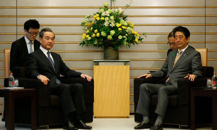 El Ministro de Relaciones Exteriores de China, Wang Yi (izq.), se reúne con el Primer Ministro de Japón, Shinzo Abe, en la residencia oficial de Abe en Tokio, el 16 de abril de 2018. (Toru Hanai/AFP/Getty Images)