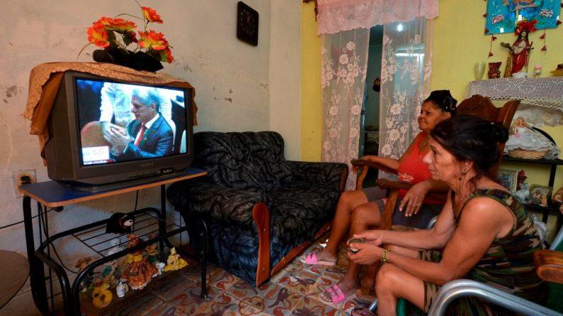 Dos mujeres en La Habana miran por televisión el traspaso del mando a Miguel Díaz-Canel, 19 de abril de 2018. (YAMIL LAGE/AFP/Getty Images)