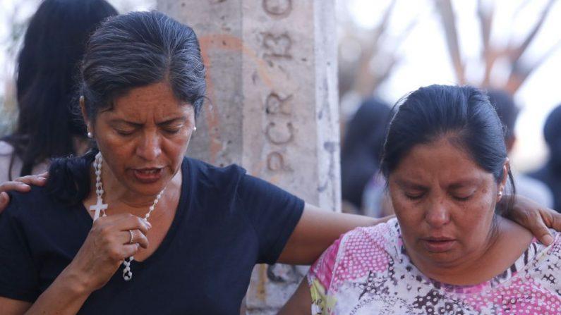 La gente ora afuera de la iglesia para que el sacerdote Juan Miguel Contreras García fuera asesinado a tiros en Tlajomulco de Zúñiga, Estado de Jalisco, México, el 20 de abril de 2018 (Foto de ULISES RUIZ / AFP) (El crédito de la foto debe leer ULISES RUIZ/AFP/Getty Images)