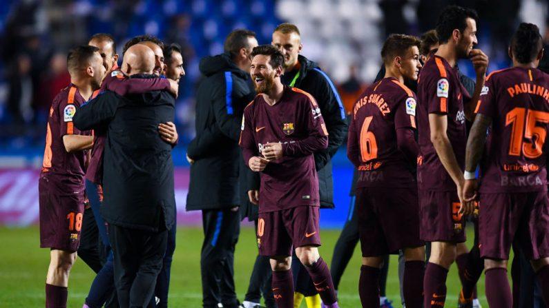 Lionel Messi del FC Barcelona celebra con sus compañeros el título de la Liga después del partido de Liga entre el Deportivo de La Coruña y el Barcelona en el Estadio Riazor el 29 de abril de 2018 en La Coruña, España. (Foto de David Ramos/Getty Images)