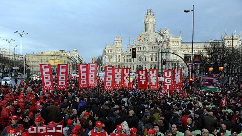 El gobierno de España, cargado de deudas, se enfrentó a las primeras protestas masivas de los sindicatos en sus seis años en el poder cuando la ira por un plan para elevar la edad de jubilación estaba a punto de derramarse en las calles. FOTO AFP / Dani Pozo (El crédito de la foto debe leer Dani Pozo/AFP/Getty Images)