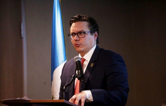 """El presidente de la Cámara de la Industria de Guatemala, Juan Carlos Tefel, habla a empresarios guatemaltecos hoy, martes 10 de abril de 2018, durante la reunión de Guate Íntegra, en Ciudad de Guatemala (Guatemala). La iniciativa Guate Íntegra, formada por cámaras y grandes empresarios del país, decidieron hoy asumir cinco compromisos para luchar en materia de integridad y transparencia con el fin de adaptarse a los nuevos tiempos. Este proyecto, conocido como """"Guatemala transparente"""" y dado a conocer este martes en una conferencia de prensa, será llevado al tercer encuentro empresarial que se efectuará en el marco de la VIII Cumbre de las Américas, que se celebra en Perú esta semana. EFE/Esteban Biba"""