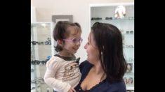 Después de la cirugía, niñita ciega puede ver por primera vez: es muy conmovedor