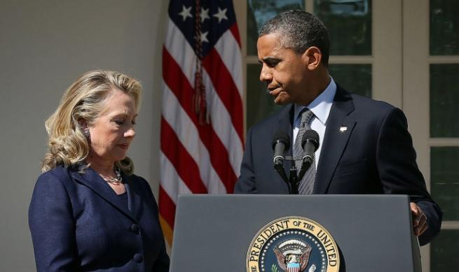 El expresidente de Esdados Unidos Barack Obama hace una declaración en respuesta al ataque en el consulado de EE. UU. en Libia mientras la Secretaria de Estado Hillary Clinton lo asiste en la Casa Blanca en Washington el 12 de septiembre de 2012. (Alex Wong / Getty Images)
