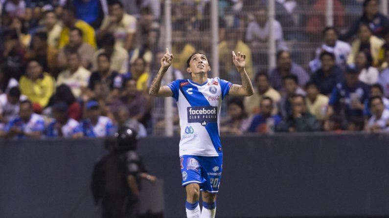 Omar Fernández de Puebla celebra un gol hoy, viernes 20 de abril de 2018, durante el partido de la jornada 16 del torneo clausura de la liga de fútbol mexicana, disputado en el estadio Cuauhtémoc, en la ciudad de Puebla (México). EFE/Francisco Guasco