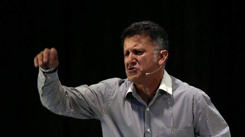 """El colombiano Juan Carlos Osorio, técnico de la selección mexicana, habla durante la """"Cumbre Fútbol Latinoamérica"""", en Bogotá (Colombia). EFE/Mauricio Dueñas Castañeda"""