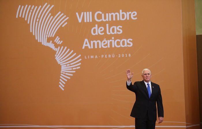 El vicepresidente de los Estados Unidos, Mike Pence, llega para la foto oficial de la VIII Cumbre de las Américas, hoy sábado 14 de abril de 2018, en el Centro de Convenciones de Lima (Perú). EFE/Ernesto Arias