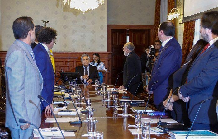 El presidente de Ecuador, Lenín Moreno (c), preside un Consejo de Seguridad hoy,  en el Palacio de Gobierno en Quito (Ecuador). El ministro ecuatoriano de Defensa, Patricio Zambrano, confirmó hoy que los civiles secuestrados en la frontera con Colombia, son ecuatorianos, de una provincia cercana a Esmeraldas (noroeste). EFE/STR/SOLO USO EDITORIAL/NO VENTAS