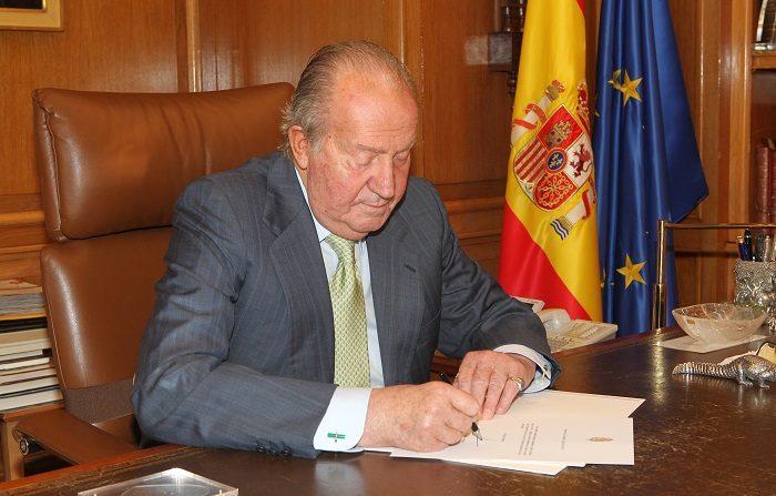 MADRID, ESPAÑA - JUNIO 02: (SOLO PARA USO EDITORIAL, SIN VENTAS) En esta imagen entregada por el Palacio Real de España, el Rey Juan Carlos de España firma papeles en Madrid, España. (Foto de Casa de Su Majestad el Rey vía Getty Images)