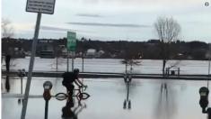 Este osado ciclista atraviesa las calles inundadas por un río en Canadá