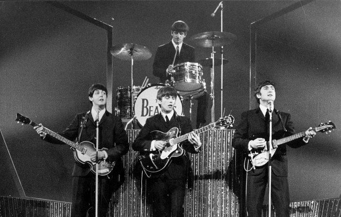 Los Beatles en el escenario del London Palladium durante una actuación ante 2.000 fans gritando.   (Foto de Michael Webb/Getty Images)