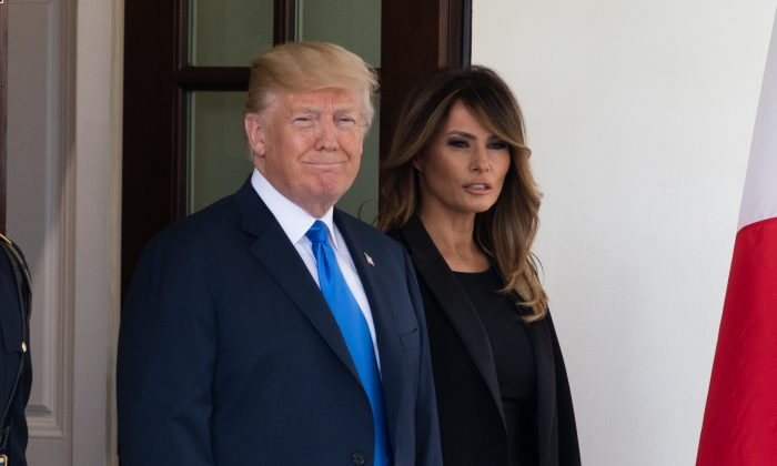 El presidente Donald Trump y la primera dama Melania Trump esperan la llegada del presidente de Francia Emmanuel Macron y su esposa Brigitte Macron a la Casa Blanca en Washington el 23 de abril de 2018. (Samira Bouaou/La Gran Época)