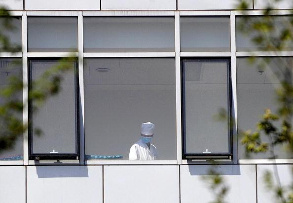 Un médico se observa en uno de los edificios del Hospital Ditan Beijing, el 3 de mayo de 2009. (LIU JIN/AFP/Getty Images)