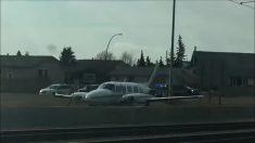 Este pequeño bimotor realiza aterrizaje de emergencia sobre una carretera en Canadá