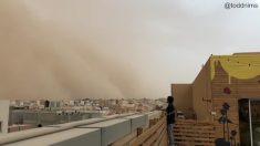 Esta es una imponente tormenta de arena vista desde la azotea de un edificio