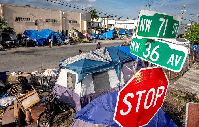 Policía de Miami desaloja sin incidentes campamento de delincuentes sexuales Vista general del campamento para depredadores sexuales, instalado en la calle en una zona industrial de Miami, a las afueras de Hialeah, Florida( EE.UU), hoy, 10 de mayo de 2018. EFE/ARCHIVO