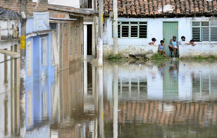 Cuatro municipios del noroeste colombiano evacuaron esta noche a sus pobladores ante la crecida del río Cauca como consecuencia de una emergencia en la hidroeléctrica Ituango, cuyos responsables se vieron obligados esta semana a inundar la sala de máquinas del proyecto. En Tarazá, la crecida llegó a su punto máximo hacia las 21.30 hora local (02.30 GMT), sin que se desbordara el río. Sin embargo, la alerta se mantiene. EFE/Archivo