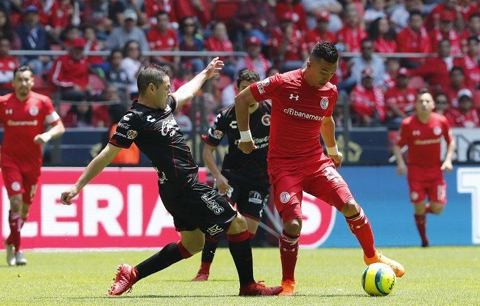 El colombiano Fernando Uribe anota un triplete y mete al Toluca en la final El jugador de Toluca Fernando Uribe (d) pelea por el balón con José Rivero (i) de Xolos hoy, domingo 13 de mayo de 2018, durante el juego correspondiente al juego de vuelta de la seminales del torneo mexicano de fútbol, celebrado en el estadio Nemesio Diez en la ciudad de Toluca (México). EFE