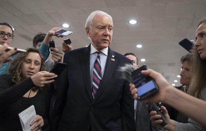 El senador republicano de Utah Orrin Hatch (c) habla con la prensa en uno de los túneles del Senado previo a dirigirse a una votación procesal que permitirá avanzar en el debate sobre la reforma tributaria de ese país hoy, martes 17 de octubre de 2017, en Washington (EE.UU.). EFE/Michael Reynolds