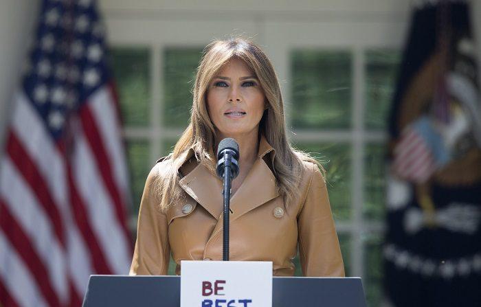 Melania Trump se somete con éxito a una cirugía de riñón Fotografía de archivo del 7 de mayo de 2018 de la primera dama de EE.UU. Melania Trump hablando durante la firma la proclama presidencial 'Be Best', en la Casa Blanca en Washington (EE.UU.). EFE