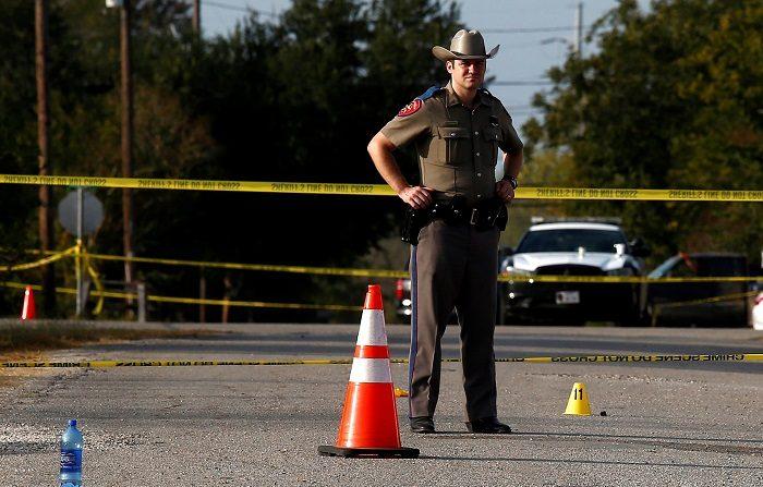Un agente de la Policía de Texas monta guardia en las inmediaciones de la iglesia baptista de Sutherland Springs, en Texas (Estados Unidos) hoy, 6 de noviembre de 2017. Un total de 26 personas murieron cuando asistían a un servicio dominical en un templo baptista de una pequeña localidad de Texas debido a los disparos que un hombre hizo en su interior con un rifle de asalto semiautomático. EFE/ Larry W. Smith